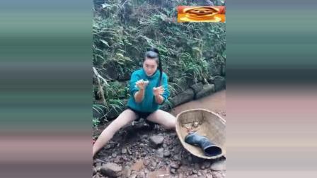 山里美女在小溪里抓螃蟹, 请原谅我什么都看到了!