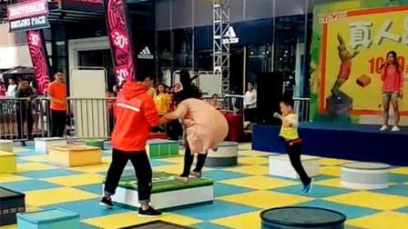 重庆现《真人跳一跳》 玩家: 比手游难