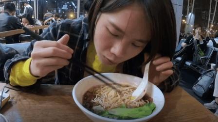 穷情侣买了两张机票去越南, 没想到在机场吃饭快花了一张机票的钱