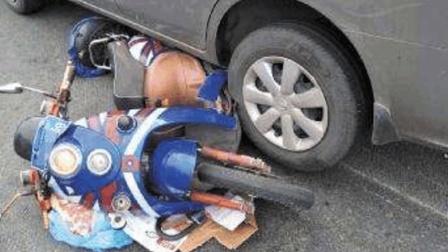 电动车女司机硬闯红灯, 看到轿车不减速, 悲剧发生, 网友: 活该!