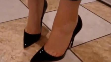 黑色尖头高跟鞋搭配九分裤, 美腿线条优美, 尽显女性魅力!