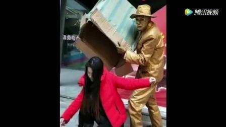 搞笑视频: 小铜人又出来恶搞了, 真不知道死字怎