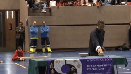 中国武术高手在国外露了几手, 老外不淡定了!