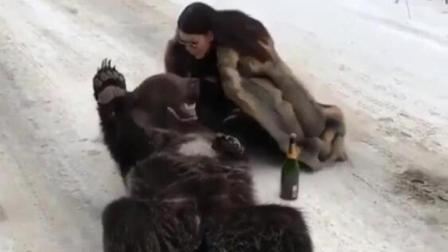 外富二代另类炫富: 穿着皮草边喝香槟边摸熊