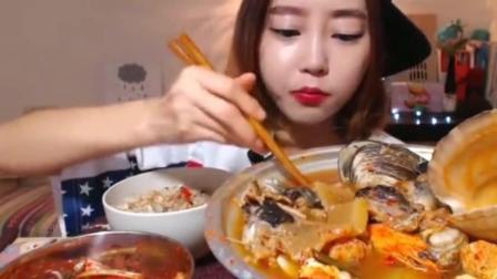 美女小姐姐吃辣海鲜火锅, 大口不停的塞, 吃的好享受