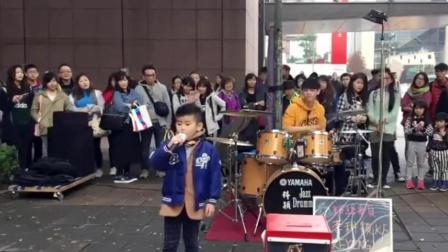 台北帅哥街头架子鼓演奏《刚好遇见你》全部都过来围观了!