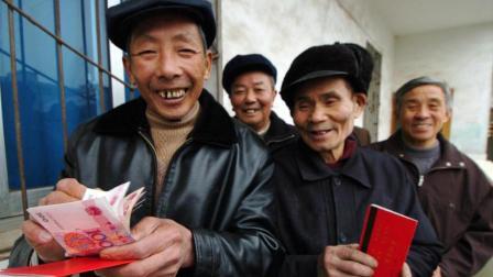 好消息! 不管是城市还是农村的, 爸妈养老金要涨了