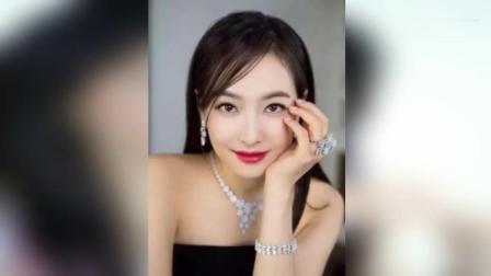 刘亦菲戚薇上演指尖秀 性感又妩媚女人味十足