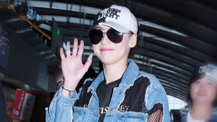 全娱乐早扒点 2018 4月 张柏芝机场穿网眼牛仔服帅气潇洒 遇粉丝挥手笑很甜