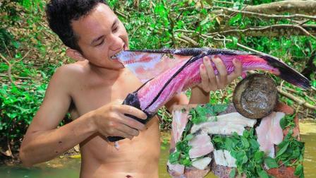 农村小哥野外小溪里抓鱼, 一条大黑鱼2个人吃, 这种吃法太有味了