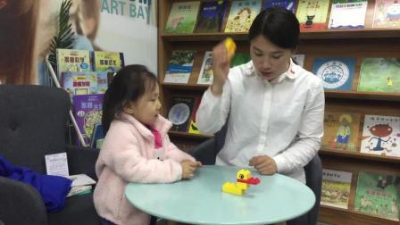 教宝宝用积木搭建一只小鸭子, 小番茄的表现真是萌翻了