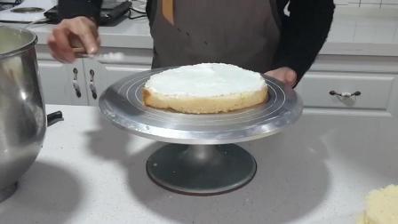 榴莲蛋糕制作(八): 最底层的蛋糕胚涂上打发好的奶油