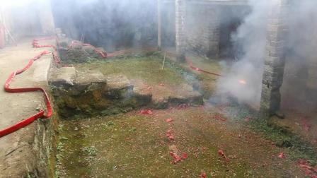 山区农村2018年正月初一早上上茶后在老房子(堂屋)放炮