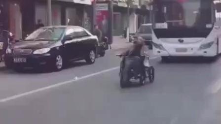 怪不得坐轮椅, 要是在战斗民族估计就凉了