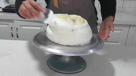 榴莲蛋糕制作(二十三): 用制作好的刮片进行涂抹, 使奶油平滑均匀