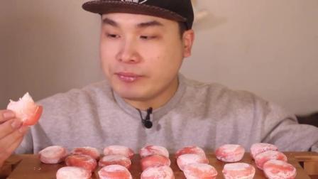 大胃王: 韩国大胃王吃草莓蛋糕, 一口一个好有嚼性