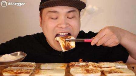韩国大胃王胖哥, 吃10块烤芝士, 蘸上糖, 吃的太香了, 看着真馋人