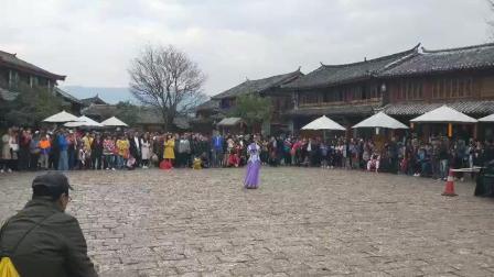 在丽江古城, 纳西族美女用歌声温暖了五湖四海的游客。