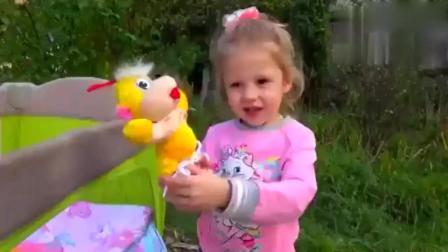 小萝莉玩找玩具婴儿游戏 还学习颜色和儿歌