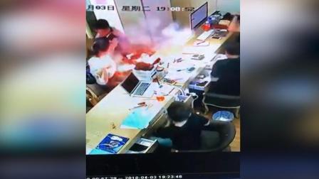 iPhone换电池时突发爆燃 女子左臂被炸伤