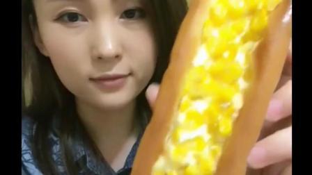 大毛小吃货: 吃个玉米面包, 满满的金黄色的玉米粒