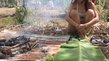 柬埔寨美女拿叉子到野外抓鱼, 并在岸边烤鱼吃