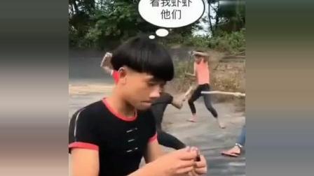 搞笑视频: 农村小伙整人套路, 迟早是要还的。看