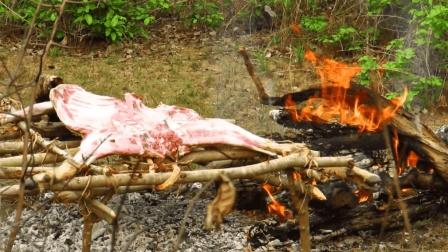 男子丛林抓一只山羊烤着吃, 一整只山羊够吃好几天了