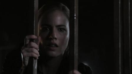女警察到农场调查案子, 在地下室发现铁笼, 里面还关着可怕生物!