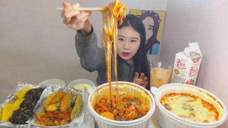 韩国大胃王卡妹吃火辣辣炒年糕、芝士牛肉炒年糕、油炸什锦、紫菜饭蒸鸡蛋