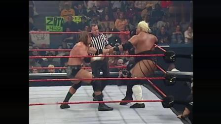 WWE 单打赛 HHH VS Rikishi 强森最后出来给HHH一个洛克炸弹!