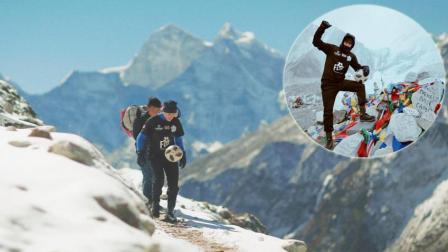 一边颠球一边爬山! 小哥每天走10小时终抵珠峰 真相令人感动