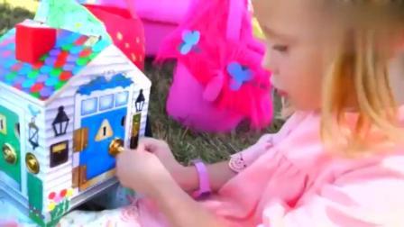 小萝莉用小推车, 运送奇趣蛋, 和漂亮小房子