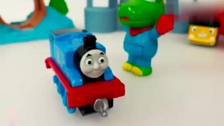 宝宝喜欢的玩具: 托马斯小火车和青蛙一起玩耍, 各种汽车玩具