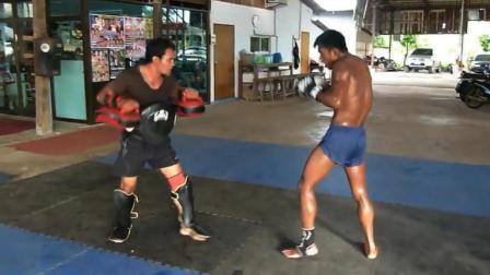 给播求当靶师需要相当的实力! 同时这份泰拳陪练的工作真是不容易