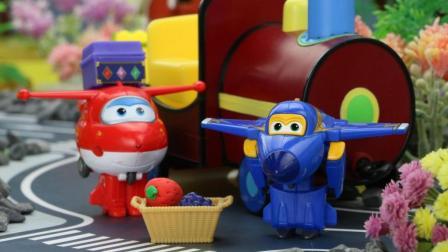 超级飞侠乐迪为佩奇送水果印章, 酷飞开小火车帮佩奇运送水果