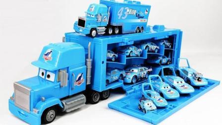 一起来把小货车里的玩具拿出来
