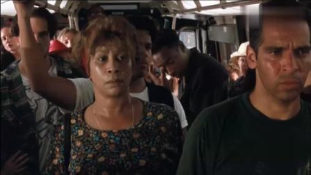 小混混与史泰龙抢位子, 结果直接被扔出公交!
