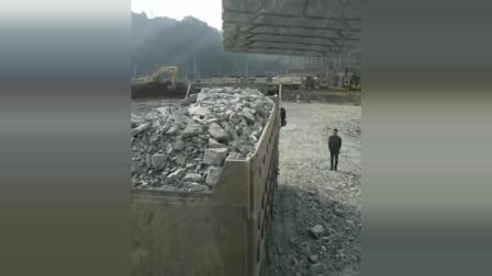 这是我见过最差的挖掘机手, 没有之一, 卡车司机都想打人了!