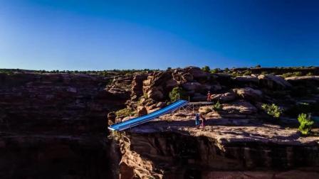 歪果仁真会玩, 悬崖上的水滑梯