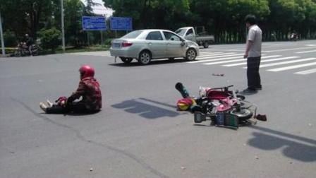 女子过马路闯红灯, 交警进行教育时, 结果不听反而辱骂执勤人员