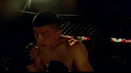 帅哥擂台打拳击被打成猪头饼, 女友看他表现太差劲竟一巴掌打过去了
