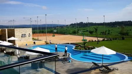 非洲卢旺达, 边境小城的四星级酒店: 蓝天白云, 蓝色泳池交相辉映!