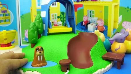 小猪佩奇的不倒翁滑梯玩具