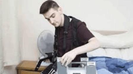 英国22岁小伙为活命, 每天要给自己充电, 否自最多活12小时!