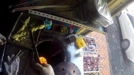15元一串新疆馕坑肉, 裹上蛋液用暗火烤制, 味道完爆普通夜市烤肉摊