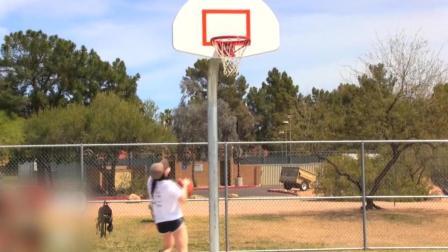 篮球美女野球场上花式过人, 有艾弗森的风范
