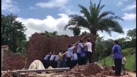 一群城管合力想要推倒墙面, 结果意外还是发生了