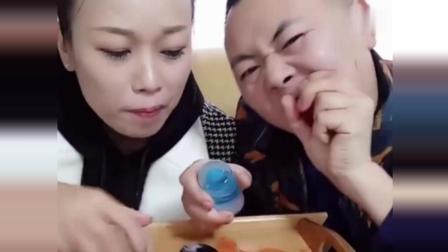 美食夫妻冻冰碗, 还冻了冰手掌吃, 太有才了