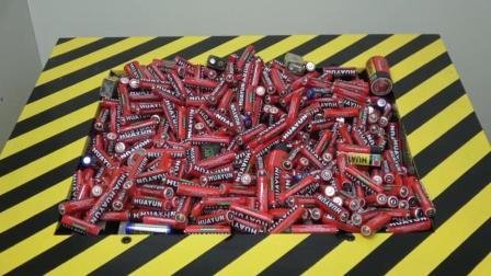 当一堆电池遇到粉碎机会怎样? 电池会变成什么样? 一起来看看吧!